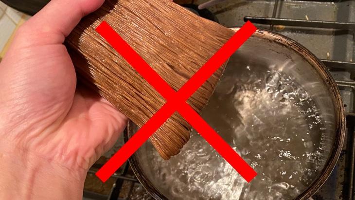 麺はしっかりほぐしてから鍋に入れる